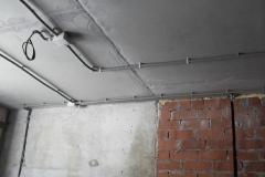 Электромонтаж кабеля в кирпичной стене